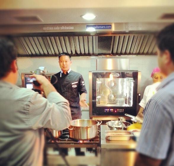 kenji cocinando