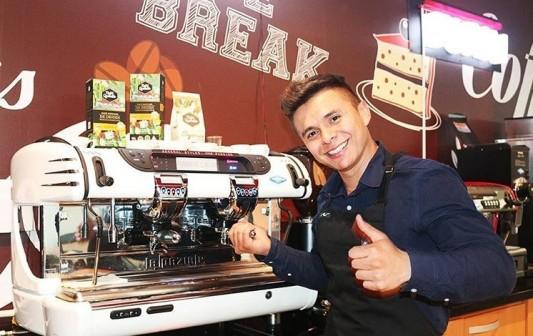 Curso de café espresso con el barista en el laboratorio de café